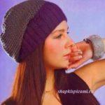 двухцветная вязаная шапка бини спицами для женщин