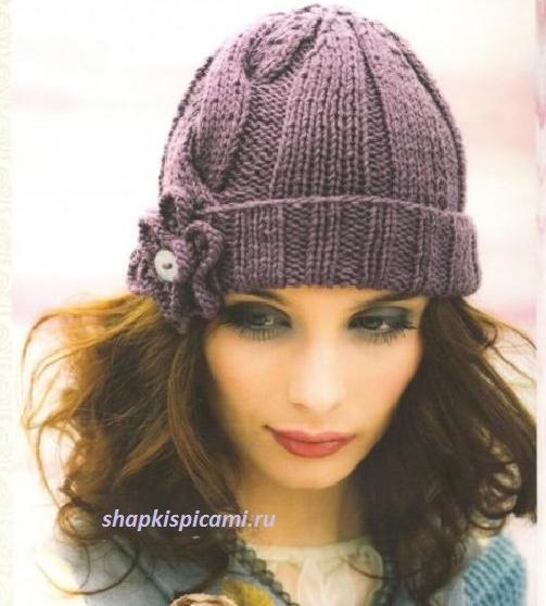 женская вязаная шапка спицами с отворотом и цветком