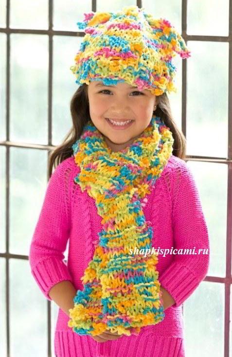 яркий вязаный комплект для девочки из шапки и шарфика