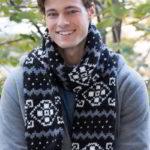 красивый мужской вязаный шарф спицами с жаккардовым узором