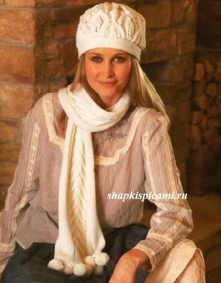 белая вязаная шапка спицами и шарф