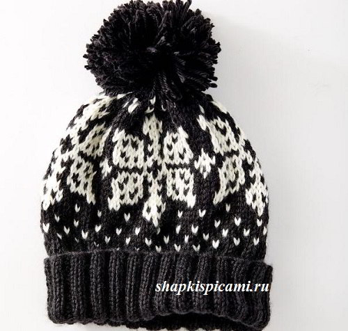 черно-белая вязаная шапка спицами с жаккардовой снежинкой и помпоном