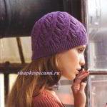 женская вязаная шапочка со спиральным узором спицы